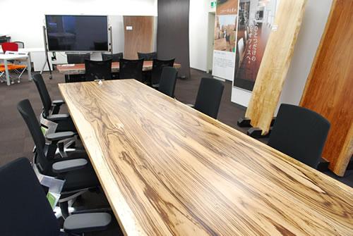 価値あるオフィスを創造する一枚板テーブルのイメージ